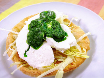 Tartelette with savoy cabbage and tomino in green sauce